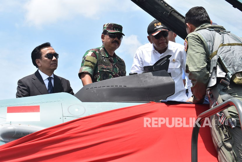 Indonesia's Defense Minister Ryamizard Ryacudu (third left) accompanied by TNI chief Marshal Hadi Tjahjanto (second left) talk to F-16's pilot during hand over of 24 units of F-16 jet fighters at Iswahjudi Magetan airbase, East Java, Wednesday (Feb 28).