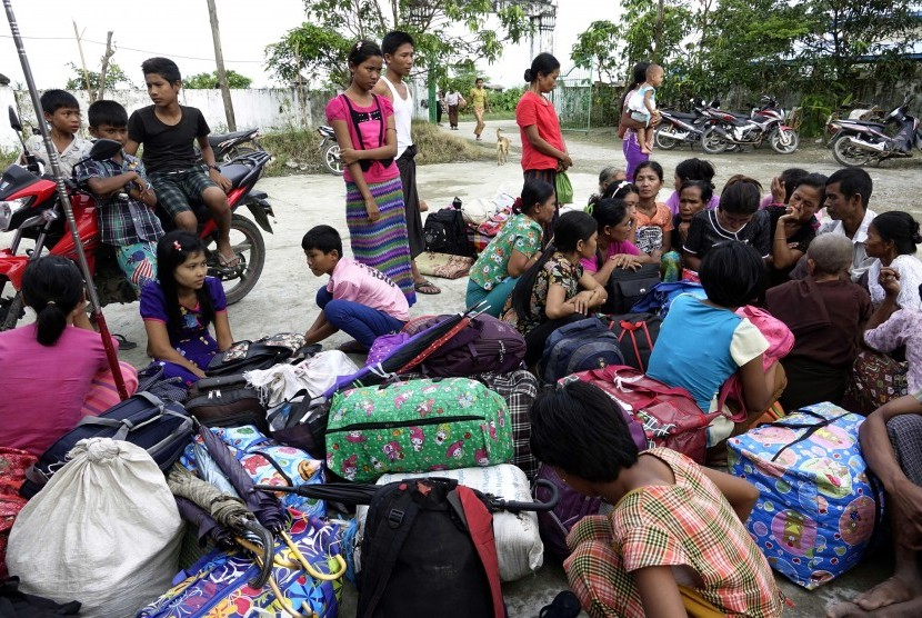 The ethnic Rakhine, who were moved from Maungdaw City, arrived at a temple temporary shelter in Sittwe, Rakhine State, western Myanmar, August 31, 2017.