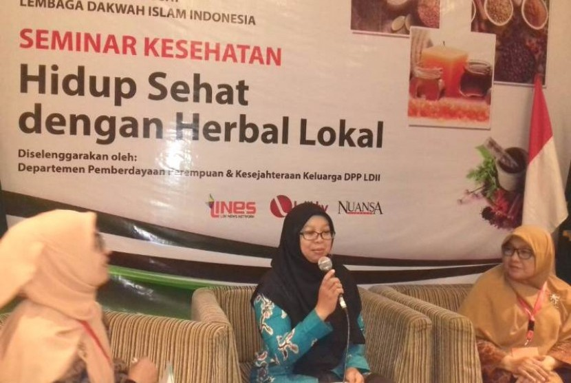 Pakar herbal, dr Indah Hastuti (tengah)