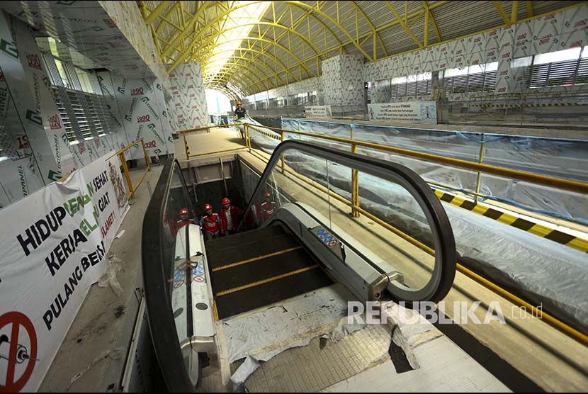 Workers prepare installation of Light Rail Transit (LRT) escalator facility at Jakabaring Zone 5 Station in Palembang, South Sumatra, on Monday (January 8). Installation of escalator and lift facilities at Jakabaring Station has now entered the completion stage.