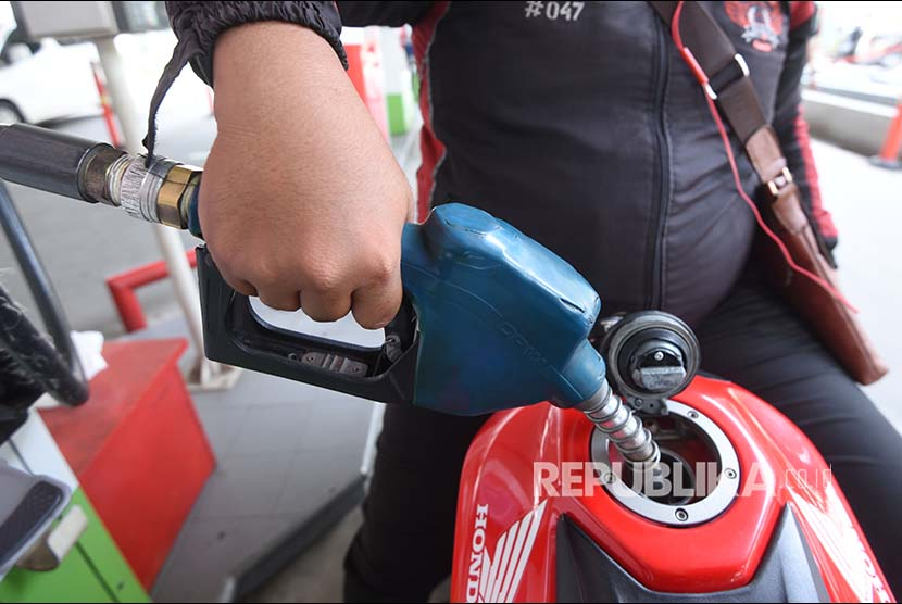 Consumer fills his tank with Pertamax at one of gas station in Jakarta. Government expects consumers in the remote and outermost regions can enjoy single-price fuel by the end of 2019.
