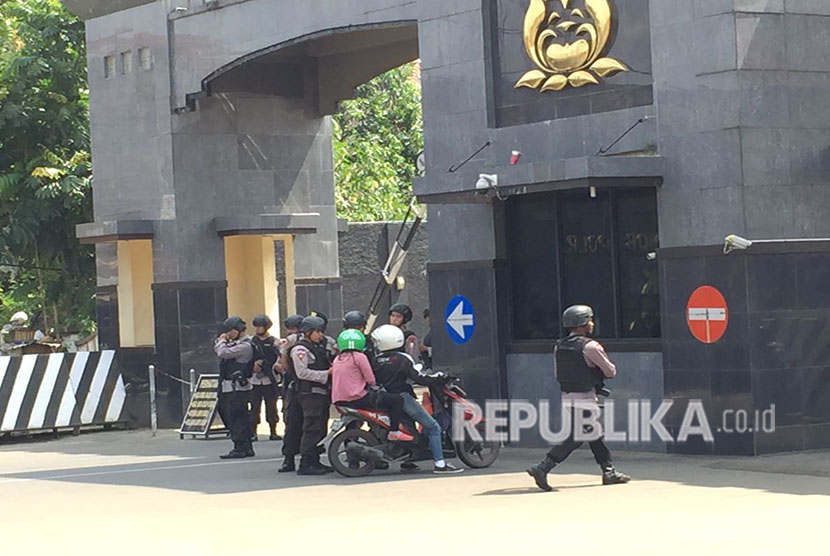 Police heightened security in front of National Police Mobile Brigade Headquarters, Kelapa Dua, Depok, West Java, following a riot on Wednesday (May 9).