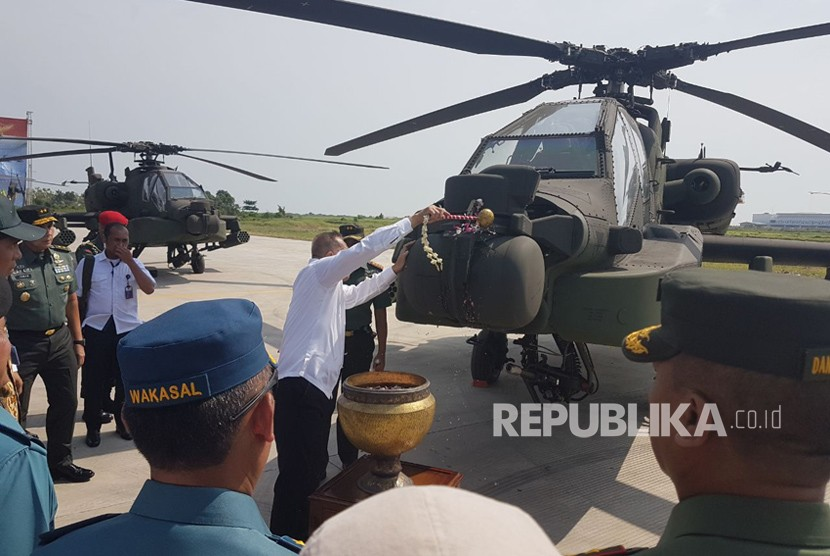 The delivery of eight Apache AH-64E attack helicopters at the Ahmad Yani Air Force Base, Semarang, Central Java, Wednesday (May 16).