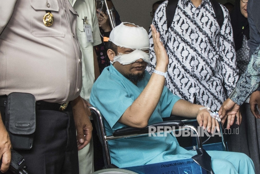 Corruption Eradication Commission (KPK) senior investigator Novel Baswedan greeted reporters when he was about to be referred to a special eye hospital in Jakarta on Tuesday (April 11).