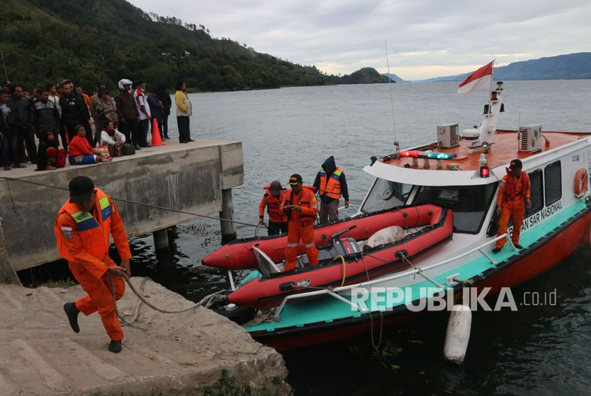 Basarnas personnel prepare to search the victim of KM Sinar Bangun capsized in the waters of Lake Toba, North Sumatra, Tuesday (June 19).