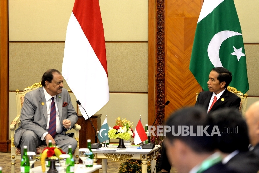 Indonesian President Joko Widodo (left) welcomes Pakistani President Mamnoon Husein during a bilateral meeting on the sidelines of the OIC's 5th Extraordinary Summit at the Jakarta Convention Center on Monday (March 7, 2016).