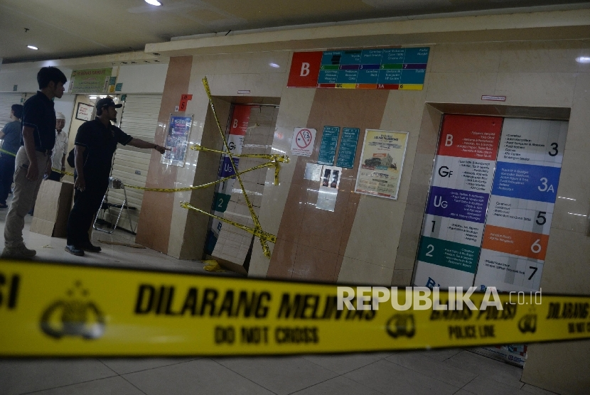As many as 25 people were injured after they fell down an elevator shaft in Blok M Square in South Jakarta, Friday.
