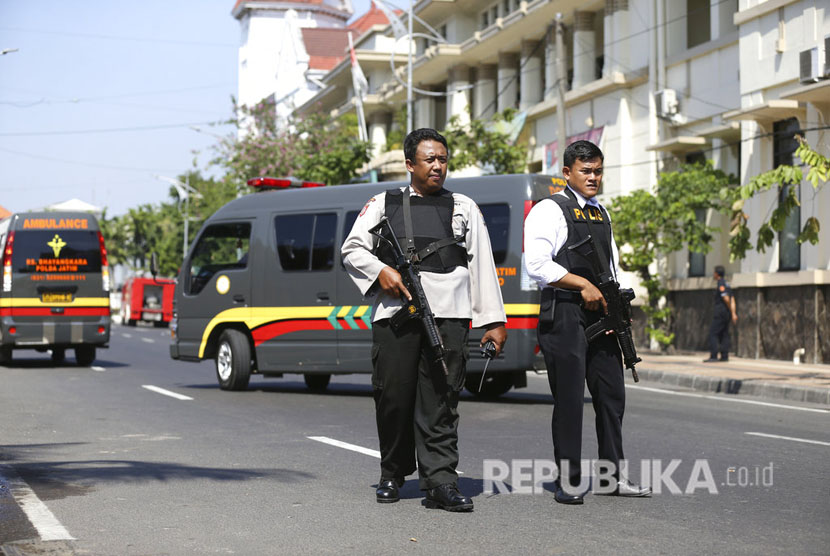 Police closed the road in front of Surabaya Police Headquarters, East Java following an explosion at the entrance gate on Monday (May 14).