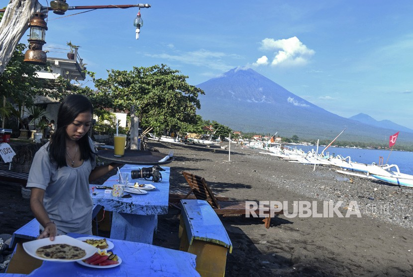 White smoke generated from Mount Agung's volcanic activity seen from tourism spot in Amed, Karang Asem, Bali, on Thursday (December 7).