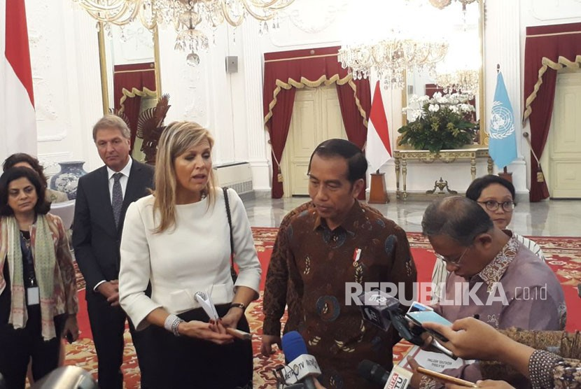 President Joko Widodo (Jokowi) and Queen Maxima hold a press conference related to financial inclusion at State Palace, Jakarta, Tuesday (Feb 13).