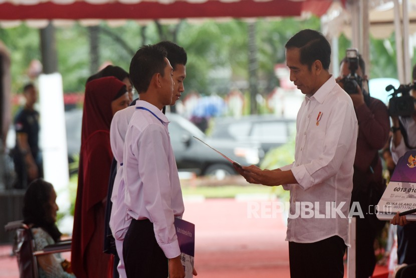 President Joko Widodo distributes thousands of social assistance cards in Syech Yusuf square, Gowa, South Sulawesi, on Thursday (Feb 15).