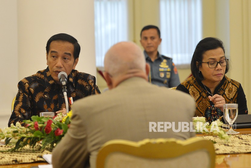 President Joko Widodo (left) accompanied by Finance Minister Sri Mulyani receive Asian Infrastructure Investment Bank (AIIB) delegations at Bogor Palace, West Java, Monday (March 12).