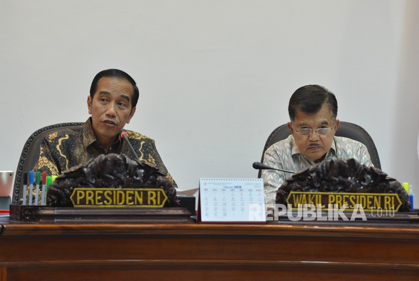 President Joko Widodo (left) accompanied by Vice President Jusuf Kalla lead a meeting at State Palace, Jakarta, Thursday (March 15).