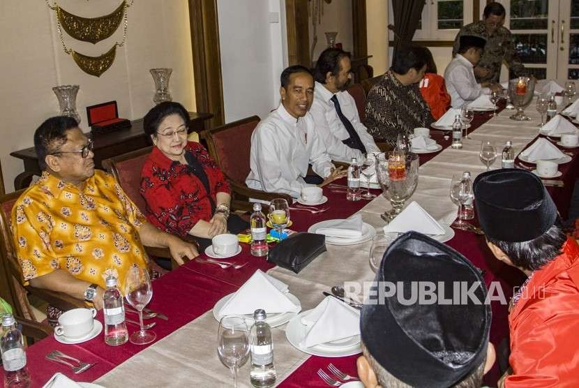 President Joko Widodo (center) and his supporting parties leaders hold a meeting ahead of his declaration as presidential candidate, Central Jakarta, Thursday (Aug 9).