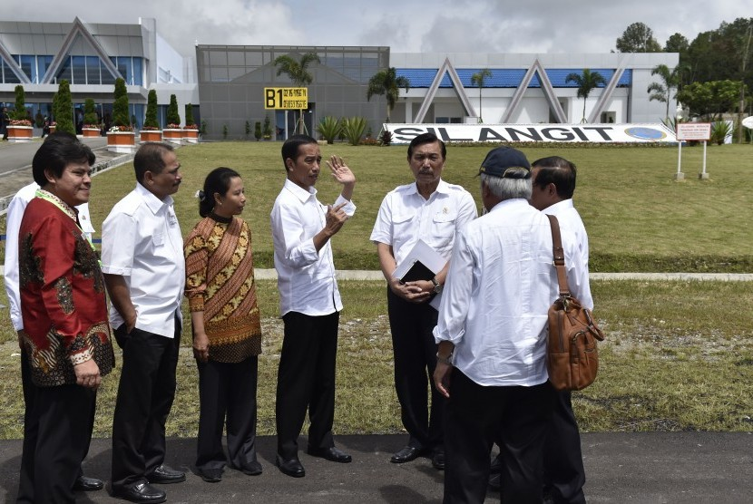 President Joko Widodo (center) inaugurates Silangit International Airport in Siborong-Borong, North Tapanuli, North Sumatra, on Friday (November 24).