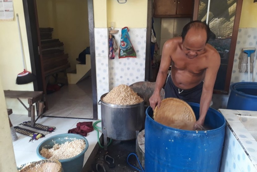 Tempe producer in Surabaya, Untung Sutopo (49) preparing soybean as the material of tempe