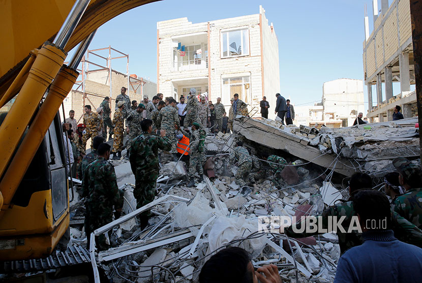 Rescue teams searched for victims trapped beneath the rubble of collapsed building in the town of Sarpol-e-Zahab in Iran's Kermanshah province on Monday (November 13).