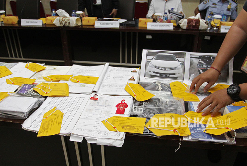 Police exposes evidence of human trafficking case at Crime Division of Indonesian Police office, Jakarta, Monday (April 23).