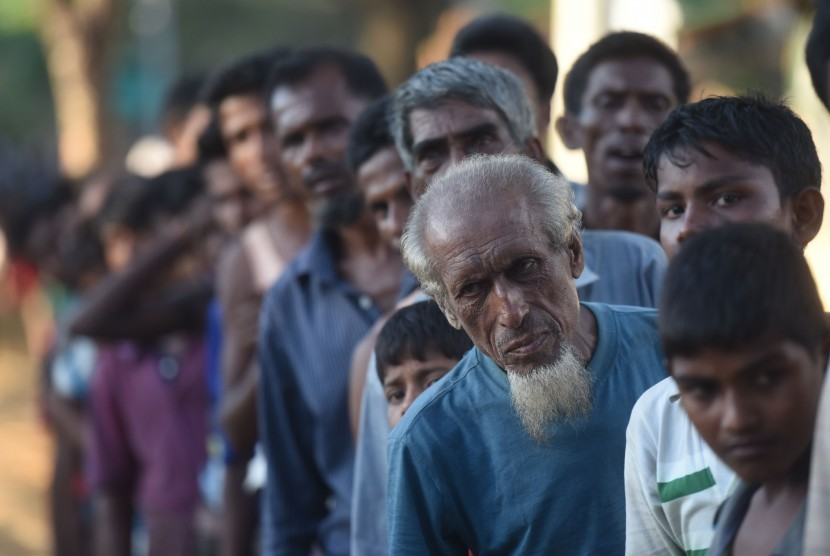 Rohinga refugees in Kutupalong camp, Cox's Bazar queue for food package from Indonesian volunteer, Sunday (October 1).