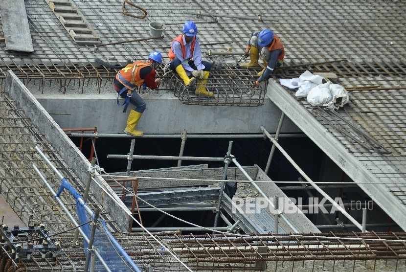 A number of workers completed Mass Rapid Transit (MRT) project at Jalan Kyai Maja, South Jakarta, Sunday (July 9).