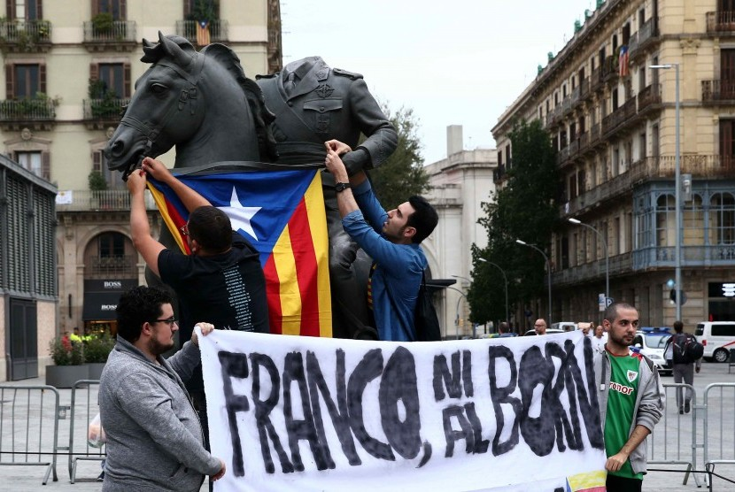 A group of activists installed the Catalan flag in the City of Barcelona, Spain.