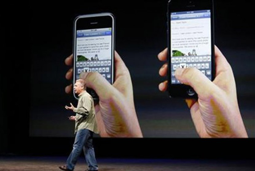 Senior Vice President of Worldwide Marketing Apple Incorporated, Phil Schiller, saat memperkenalkan iPhone 5 kepada media di San Francisco