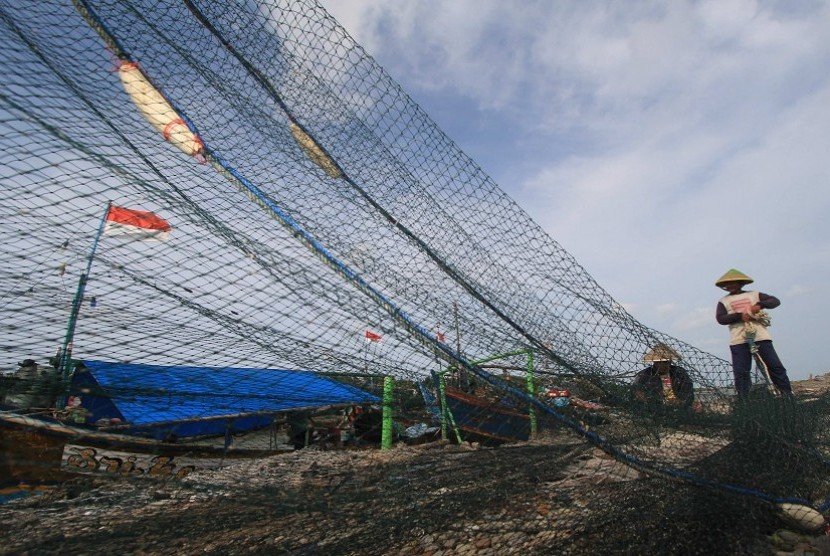Fishermen repaired a cantrang net (trawls) at Karangsong, Indramayu, West Java, Wednesday (February 11).