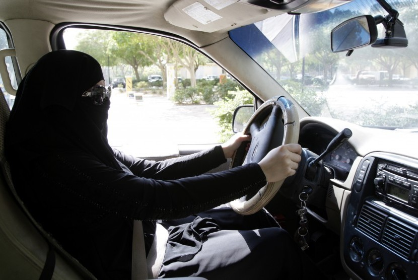 A Saudi Arabian woman drive her car in Riyadh, Saudi Arabia on October 28, 2013. On Tuesday (September 26), Saudi King Salman bin Abdulaziz Al Saud issued a decree allowing women to drive. This decree comes into effect from June 2018.