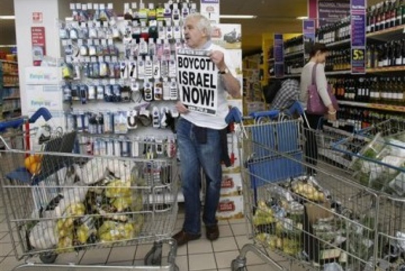 A man call for boycott of Isreali products in Ireland.