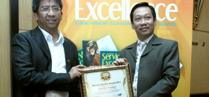 Servie Quality Award  Executive VP Sales Operations Telkomsel Hendri Mulya  Sjam (kiri) dan 865fdc6c05