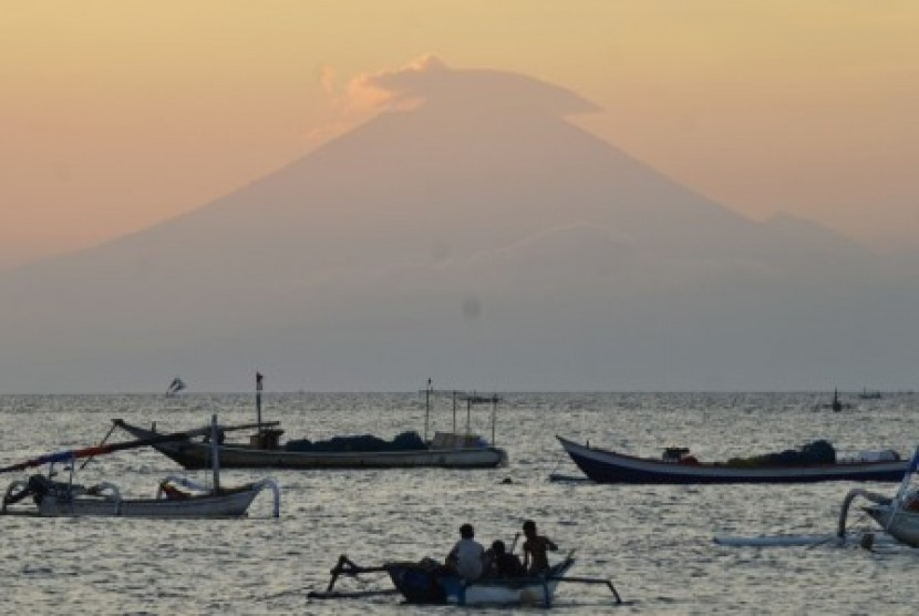 Mount Agung silhouette on the island of Bali is visible from the coastline of Ampenan, Mataram, NTB, Thursday (September 21).