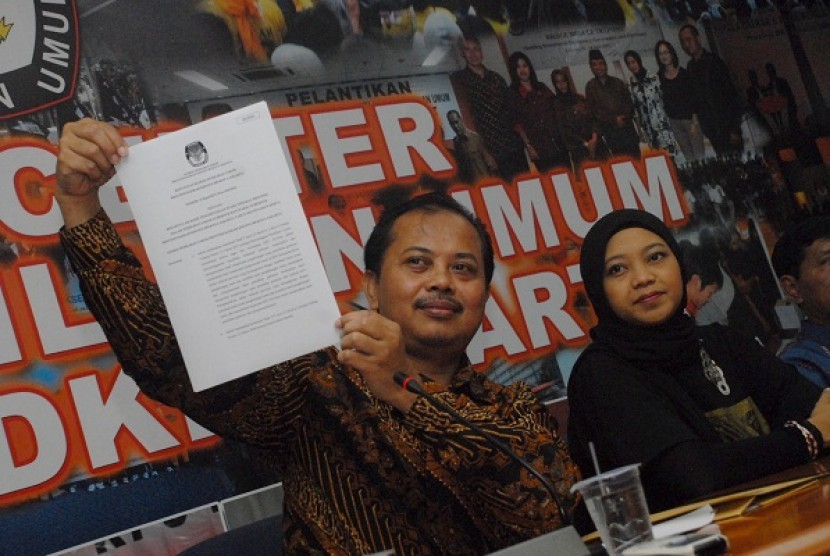 The head of task force at the Jakarta election commision (KPUD), Sumarno (left), and the head of KPUD Jakarta, Dahlia Umar, announce the official result of Jakarta gubernatorial election in 2012 on Saturday. KPUD officially announce Joko Widodo and his running mate, Basuki Tjahaja Purnama win over Fauzi Bowo and Nachrowi Ramli.
