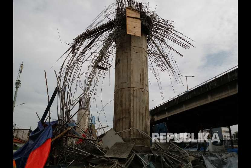 Formwork pier head on Bekasi-Cawang-Kampung Melayu (Becakayu) toll road near Kebon Nanas toll gates in East Jakarta collapsed on early Tueday (Feb 20).
