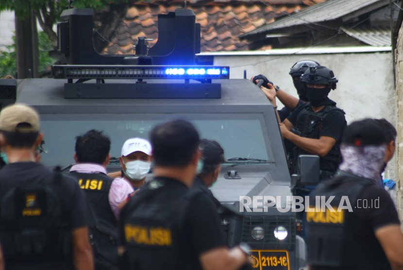National Police's counterterrorism squad (Densus 88) secured the wife of suspected terrorists during a raid at Gempol, Tangerang, Banten, Wednesday (May 16).