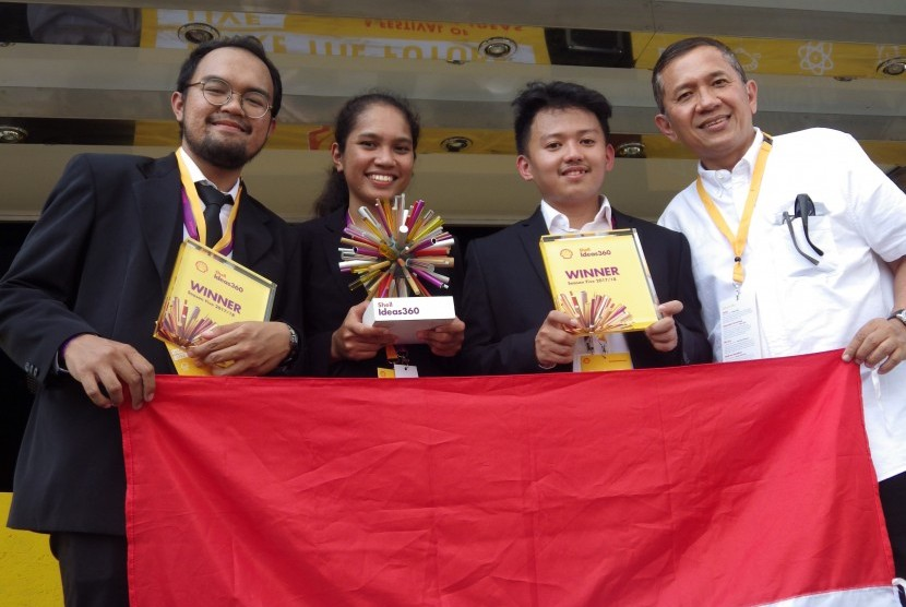 Tim Smart Car MCS Indonesia saat menerima juara pertama di Shell Make the Future Live.