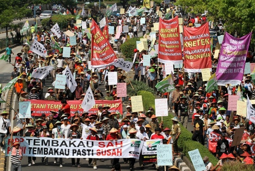 Tobacco farmers rally outside the office of Ministry of Health on Tuesday.