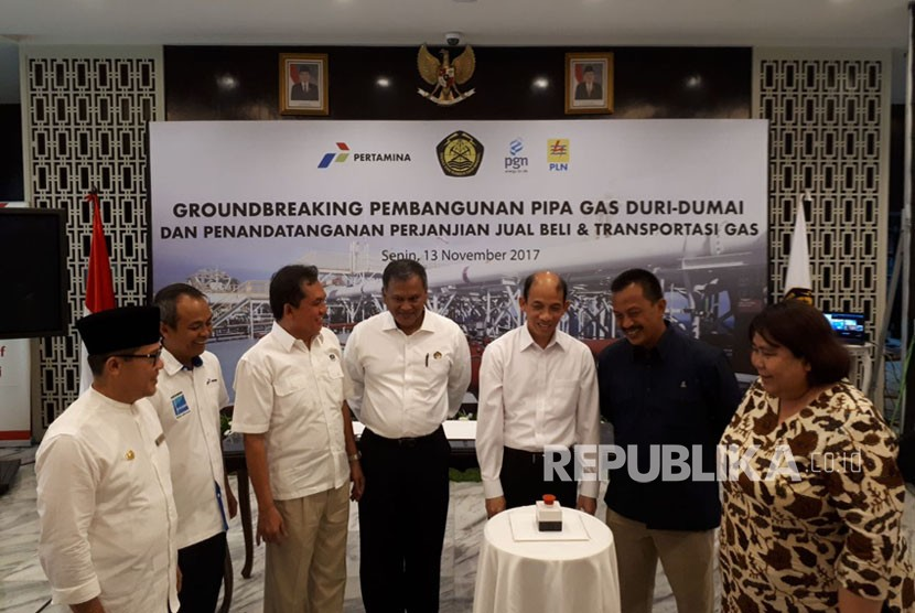 Deputy Minister of Energy and Mineral Resources Arcandra Tahar inaugurates the groundbreaking marking the start of construction of a 64 kilometre gas pipe project between Duri and Dumai in Riau, at ESDM office on Monday (November 13).