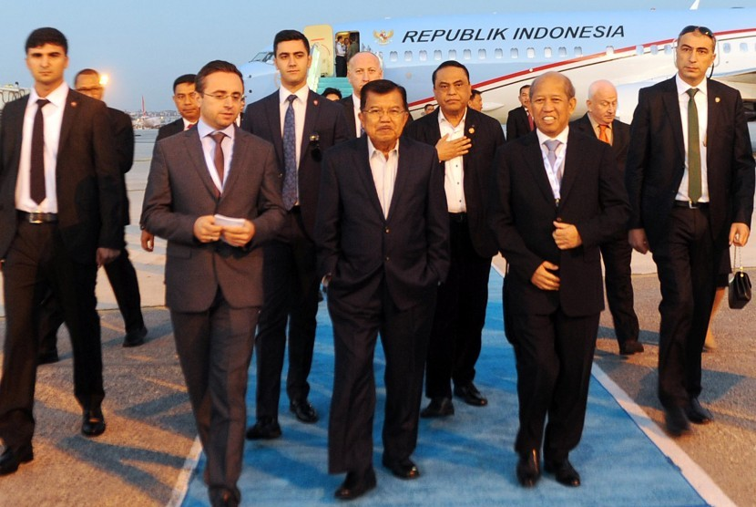 Vice President Jusuf Kalla accompanied by the National Police deputy chief Commissioner General Syafruddin (third right) arrived in Istanbul, Turkey. They were  greeted by the Indonesian Ambassador to Turkey, Wardana (second right).