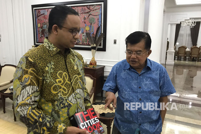 Four days before being inaugurated as Jakarta governor (October 13), Anies Baswedan received a book titled The Cities Book as gift from Vice President Jusuf Kalla.