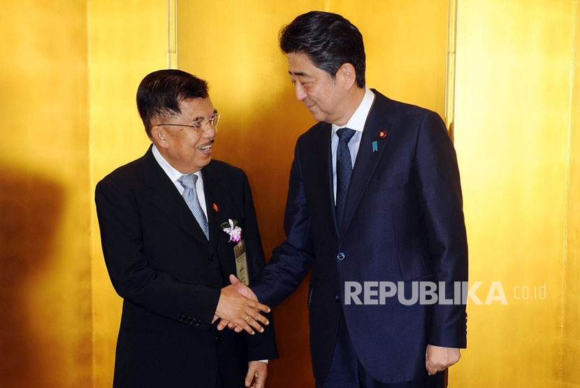 Vice President Jusuf Kalla meets with Japan PM Shinzo Abe prior to the dinner, as part of the agenda of the 24th International Conference on the Future of Asia in Tokyo, Japan, Monday (June 11).