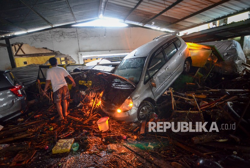 A car dragged by flash flood at Cicaheum, Bandung, West Java, on Tuesday (March 20).