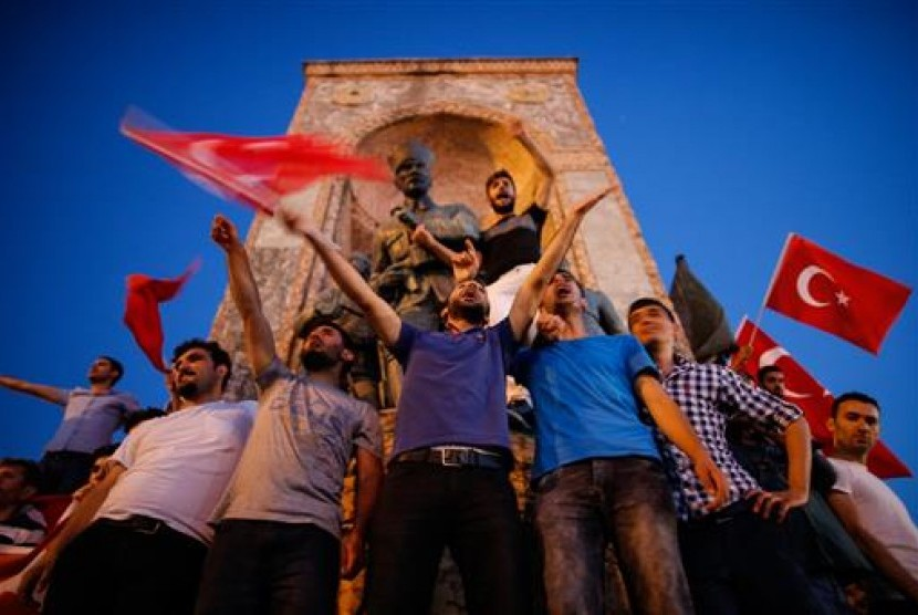 Gathered at the Taksim court on Saturday (7/16), people took the street and waved Turkey's flag to support President Recep Tayyip Erdogan against military coup.