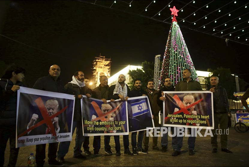 Palestinian people in the West Bank are protesting against US President Donald Trump's plan to recognize Jerusalem as the capital of Israel on Wednesday (December 6).